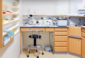 院内技工室で迅速な対応充実した設備や材料